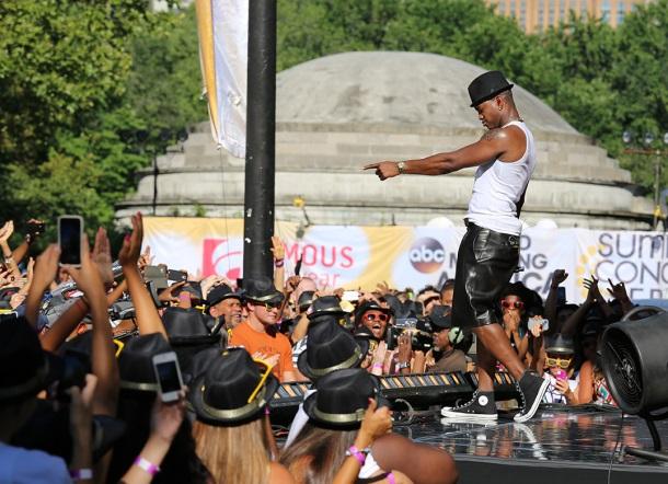 Ne-Yo-GMa Concert Famous Footwear_0516